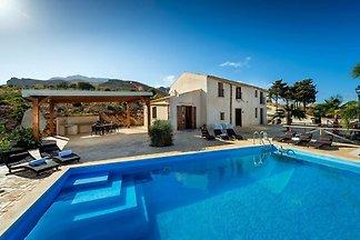 Cheerful Villa in Contrada Sarmuci with Swimm...