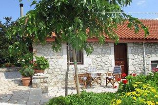 Einladendes Ferienhaus in Leonidiomit Garten