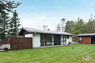 Modernes Ferienhaus in Saltum mit Terrasse.