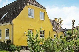 Helles Ferienhaus in Bandholm mit Garten