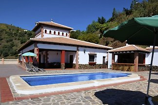 Geräumige Villa in Sayalonga mit Whirlpool