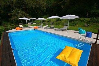 Geräumige Villa in Fabriano mit Swimmingpool