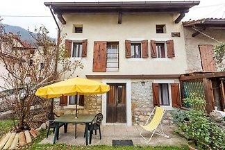 Schönes Ferienhaus in Montaner mit Patio