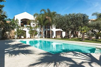Elegant flat in villa with pool and garden, j...