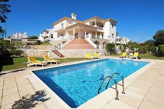 Luxurious Villa in Albufeira with Private Swi...