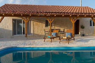 Ruhiges Ferienhaus in Vrana mit Swimmingpool