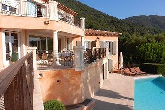 Komfortable Villa in Cavalaire-sur-Mer mit ei...