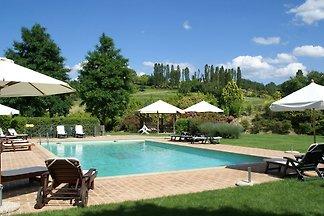 Spaziosa casa vacanze a Montone con piscina