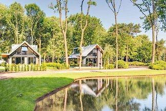 Moderne luxuriöse Villa mit Jacuzzi, in der N...