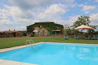 Malerischer Bauernhof mit Swimmingpool am Wal...