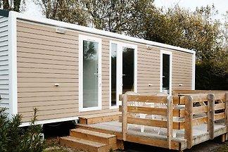 Luxus-Mobilheim mit Holzterrasse in der schön...