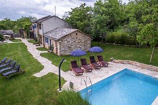 Attraktive Steinvilla mit Pool und eingezäunt...