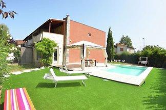 Moderne villa met privé zwembad en tuin omhei...