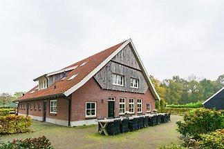 Luxus-Bauernhaus in der Nähe des Waldes in...
