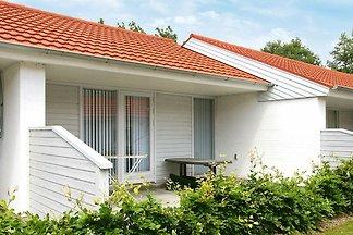 Modernes Ferienhaus mit überdachter Terrasse ...