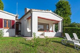Gemütliches Ferienhaus mit Garten in Villaggi...