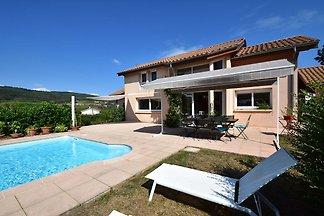 Idyllische Villa mit Pool in Leynes