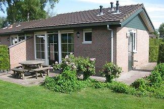 Comfortabele bungalow met combimagnetron vlak...