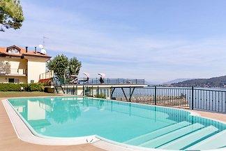 Modernes Herrenhaus mit Privatstrand am Lago...