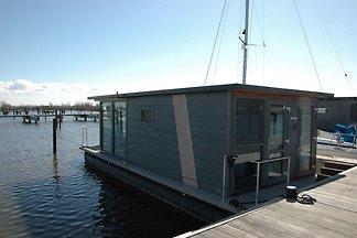 Schönes Hausboot im Hafen von Volendam nahe...