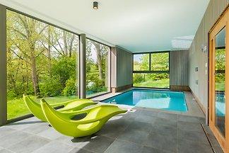 Modernes Ferienhaus mit Innenpool in...