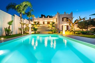 Exclusive villa with private pool and wellnes...