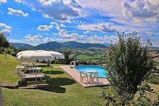 Ruhiges Ferienhaus in Piticchio mit Garten