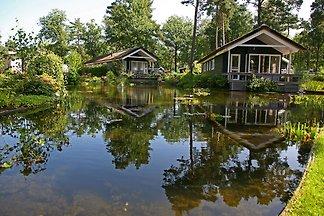 Sfeervolle huis aan het water, omringd door...