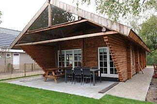 Robustes Haus mit überdachter Terrasse in...
