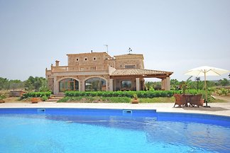Espaciosa casa de campo con piscina privada c...
