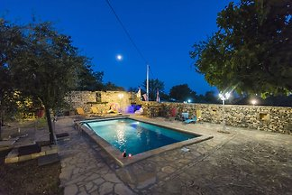 Charmantes Ferienhaus in Bukovic mit Pool