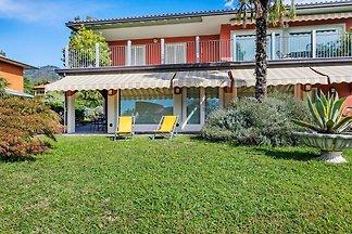 Schöne Villa in Barasso mit Garten