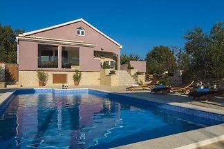 Behagliches Ferienhaus in Policnik mit Pool