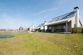 Moderne Wellness-Lodge mit Sonnendusche im...