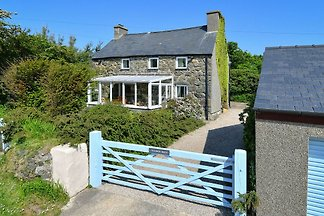 Charming Holiday Home in Aberdaron with Priva...
