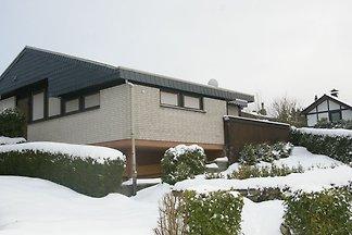 Ruhiger Bungalow am Hennesee mit Terrasse