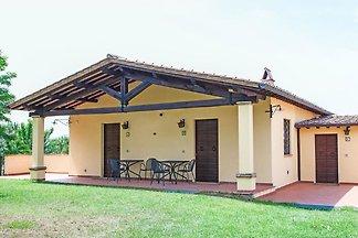 Soleggiata Casa Vacanze a Torgiano con Giardi...