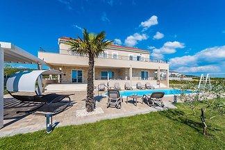 Luxuriöse Villa in Debeljak mit Swimmingpool