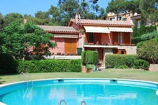 Paisible maison de vacances avec piscine à...