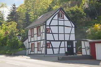 Einladendes Ferienhaus am Waldrand in Gemünd