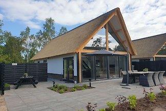 Schönes Haus mit Blick auf den Teich, in der ...