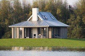 Moderne Lodge direkt am Wasser, im Nationalpa...