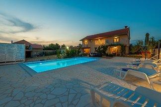 Schönes Ferienhaus mit eigenem Swimmingpool i...