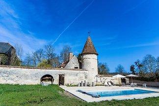 Historisches Schloss in Le Veurdre mit Swimmi...