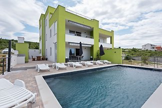 Elegante Villa in Jasenice mit eigenem Pool