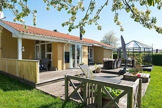 Herrliches Ferienhaus in Juelsminde mit Whirl...