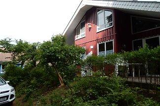 Holz-Ferienhaus im skandinavischen Stil mit...