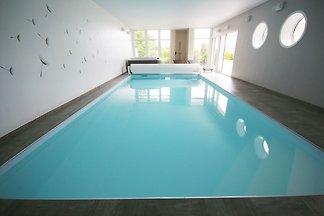Luxuriöse Villa in Plougrescant mit Hallenbad