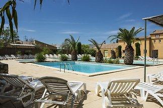 Gemütliches Ferienhaus in Arles mit Pool