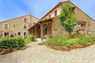 Ruhig gelegenes Ferienhaus in Roussines mit...